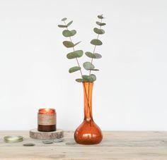 Petit vase artisanal ancien en verre soufflé de couleur cognac, petites bulles prises dans le verre.  Hauteur : 18 cm  On aime : son côté authentique  Possibilité de retrait à l'atelier de Bordeaux sur rendez-vous