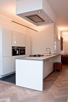 Mooi interieur gerealiseerd door interieur architect Jan Neggers icm lichtplan eiken visgraat vloer donker gerookt + wit door MoreFloors Vloeren Breda