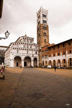 La Catedral de #Lucca se construyó por primera vez en el s. VI, aunque el aspecto actual, de estilo románico es una reconstrucción del s.XIII. http://www.florencia.travel/ciudades-para-visitar/lucca/ #Toscana #Italia