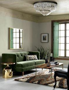 kleines wohnzimmer mit grünem sofa