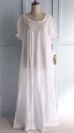 beautiful heirloom nightgown. find pattern and make.
