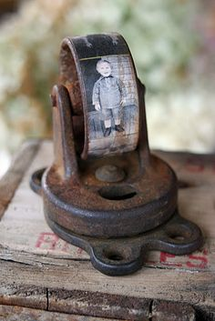 This old caster photo paperweight has my head spinning! 10 Creative Repurposing Ideas - including this caster photo paperweight! Arte Assemblage, Rustic Crafts, Diy Crafts, Country Crafts, Diy Foto, Do It Yourself Inspiration, Repurposed Items, Trash To Treasure, Photo Craft