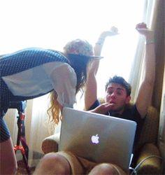 ZALFIE Finally kissed for the camera Top Youtubers, British Youtubers, Cute Youtube Couples, Cute Couples, Grav3yardgirl, Zoe Sugg, Tfios, Zoella, Teen Life