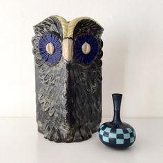 Liten och stor från Lidköping. #uggla #stengods #egostengods #fischer #miniatyrvas #gunnarnylund #Rörstrand #Lidköping #scandinaviendesign #Sweden #vintage Vase, Photo And Video, Vintage, Flower Vases, Vases, Flowers Vase, Jars
