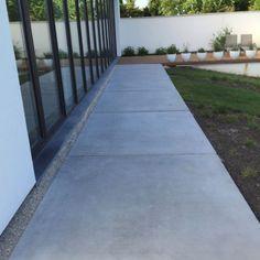 Prachtige betonnen tegels verkrijgbaar in diverse afmetingen en kleuren. Perfect als betonplaten voor terras of oprit. Vraag uw offerte! Concrete Driveways, Concrete Patio, Pergola Patio, Outdoor Landscaping, Fence Design, Garden Design, Intranet Portal, Outside Flooring, Garden Floor