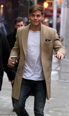 Chris Pine is every bit the stylish hunk as flashes smile in New York Beige Coat, Camel Coat, Mode Masculine, Attractive Men, Cute Guys, Gorgeous Men, Sexy Men, Fashion Looks, Style Fashion