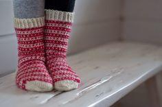 Viime kesänä Pujoliivi -blogissa oli kauniin yksinkertaiset kirjoneulesukat ja vastaavia on näkynyt muissakin blogeissa syksyn ja talven a... Mittens, Knitting, Kids, Cowls, Fashion, Chopsticks, Socks, Threading, Fingerless Mitts
