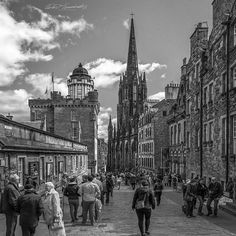 Walking out of #Edinburgh #castle  takes you #backintotime #Antiquity  #cobblestonestreets #historical #architecture. . . . . . . . .  #travel #Scotland #scottish #culture  #instagram  #streetdreamsmag #wanderlust #nikonphotography #nikkor  #photooftheday  #instagood  #nikonnofilter #street_of_our_world #bnw_globe #bnw_rose #bnw_planet_2018  #catchclick_bnw #bnwcommunity  #bnw_of_our_world  #bnw_madrid  #pocket_bnw  #bnw_street #bnw_greatshots