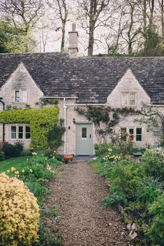 Cottage feel + front overgrowth !!