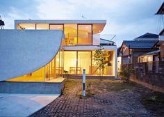 Tsuyoshi Kawata designs a charming curved house in Japan