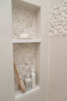 Pebble Tile Bathroom Shower Walls From white Carrara marble to black sliced pebble stones and beyond, discover the top 70 best bathroom shower tile ideas. Bad Inspiration, Bathroom Inspiration, Shower Niche, Shower Tiles, Bathroom Niche, Design Bathroom, Master Shower, Bathroom Layout, Bathroom Storage