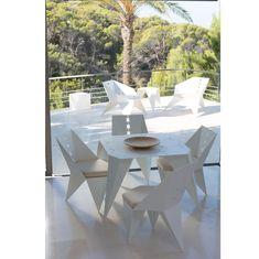 C'est quand même plus sympa quand le mobilier extérieur est assorti au mobilier intérieur, ou vice versa.  Peu importe, du moment que c'est en #métal 🥰 ! Profitez d'un repas sympa en compagnie de votre famille ou de vos amis, sur votre #table #métallique sur-mesure du #Metalist.   #salleamanger #salondejardin #salonexterieur #salonjardin #chaise   📷 JOAQUIN HOMS - Pinterest Geometric Furniture, Metal Furniture, New Furniture, Garden Furniture, Furniture Design, Metal Sheet Design, Laser Cut Lamps, Sheet Metal Fabrication, Plasma Table