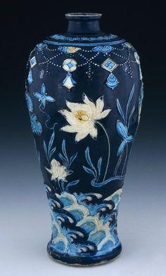 indigodreams: petitpoulailler: heracliteanfire:Vase. Jingdezhen, ca1450-1505 via British Museum