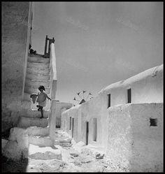 Mykonos island, Photograph by Voula Papaioannou Benaki Museum - Photographic Archives Mykonos Island, Mykonos Greece, Athens Greece, Santorini, Old Time Photos, Old Pictures, Benaki Museum, Photo Deco, Monochrom