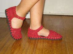 linha de algodão e solado de havaianas sapato de crochê   crochet shoes Crochet Boat, Crochet Boots Pattern, Shoe Pattern, Chunky Crochet, Crochet Shoes, Crochet Slippers, Knit Crochet, Crochet Barefoot Sandals, Painted Sneakers
