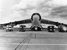 http://upload.wikimedia.org/wikipedia/en/8/85/B-52G_with_bombs.jpg