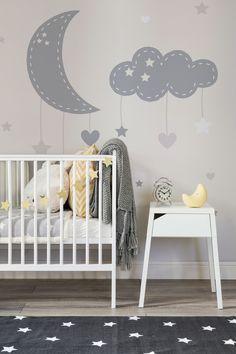 Si vous cherchez à créer un espace charmant et calme dans la chambre de votre bébé, notre Papier Peint Fresque Lune et Étoiles pour Bébé propose un grand croissant de lune et des nuages qui agissent comme un mobile de lit de bébé, avec des petites étoiles et des cœurs qui y sont suspendus.
