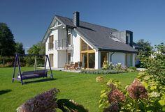 Dom wybudowany według projektu Doskonały ma klasyczny dwuspadowy dach, ale asymetryczny - co sprawia, że nabiera nowoczesnego charakteru
