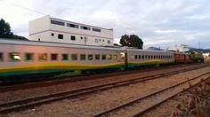 Trem da EFVM saindo de uma estação.