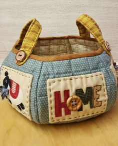 """Sunday 10 April """"Cestino Country Home"""" . Patchwork Bags, Quilted Bag, Sewing Hacks, Sewing Projects, Fabric Bowls, Sewing Baskets, Craft Bags, Handmade Bags, Fabric Crafts"""