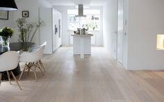 mooie houten vloer doorlopend naar de keuken