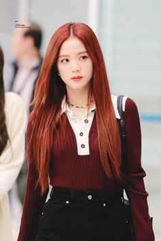 Find images and videos about kpop, blackpink and jisoo on We Heart It - the app to get lost in what you love. Blackpink Wallpapers, South Korean Girls, Korean Girl Groups, Blackpink Fashion, Fashion Looks, Black Pink ジス, Pose, Airport Photos, Blackpink Photos