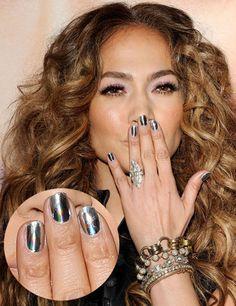 Me gusta el efecto tornasolado que Jennifer López logra en sus uñas. ¿Su secreto? Los nail patches, una especie de pegatinas que se adhieren a la uña y se liman con la forma deseada.