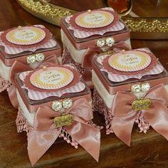 Divinas caixinhas acrílica decoradas tema princesa. Muito amor!!! #personalizados #Lembrançasespeciais #Lembrancinhaspersonalizadas #personalizadosluxo #mimosdeluxo #mimospersonalizados #artkidspersonalizados #encontrandoideias #festejarcomamor