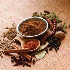 """Garam Masala - A palavra Garam Masala significa """"mistura quente"""". E como indica o nome  é a combinação de varias especiarias  muito utilizada na culinária indiana. O mix original de ervas é feito com canela, cravo, noz moscada e pimenta preta, mas varia dependendo da região que é produzida."""