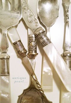 Antique silverware with mother-of-pearl handles. Like fine vintage jewelry! Vintage Love, Vintage Silver, Antique Silver, Vintage Decor, Vintage Style, Vintage Items, Zinn, Antique Market, Mugs