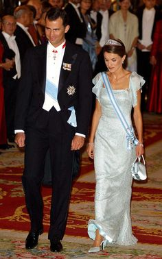 Princess Letizia during Spanish Royals Receive Czech President Vaclav Klaus And Wife Livia Klausova for a Gala Dinner at The Royal Palace in Madrid, Spain. Princess Victoria, Princess Mary, Princess Of Spain, Spanish Royalty, Estilo Real, Spanish Royal Family, Royal Dresses, Blue Sparkles, Save The Queen
