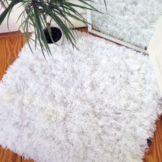 Learn how to make your own fluffy area rug with yarn wool and baker's twine (via urbansleekblonde)
