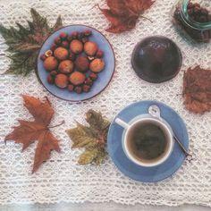 Autumn  Una pausa caffè alla nocciola per coccolarsi e ricaricarsi in queste giornate grigie. (I dolcini? Sansebastianesi alla nocciola di Fabrizio Galla. Uno tira l'altro e valgono da soli il viaggio a S. Sebastiano Po). #breakfast #coffee #coffeetime #home #fabriziogalla #sweet #cookies #hazelnut #autumn #comfortfood #piemonteintavola #onmytable #leaves #interior #instafood #typical #italianfood #tasty #yummy #instagood #food #regional #yallerspiemonte #piemonte_is #piemonteturismo
