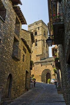 Calle de #Aínsa en #Huesca Romanesque Architecture, Spanish Architecture, Places In Spain, Places To Visit, Malta, Spanish Towns, Beaux Villages, Amazing Buildings, Beautiful Sites