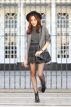 Look em preto e cinza com tshirt de tricot, saia xadrez e blazer cinza. Mix de texturas com bolsa e bota de verniz: brilho x opaco.