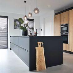 Keukeninspiratie: binnenkijken in de mooiste keukens Kitchen Layout, New Kitchen, Kitchen Redo, Beautiful Kitchens, Cool Kitchens, Small Kitchens, Kitchen Models, Minimalist Kitchen, Küchen Design