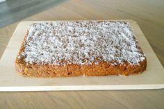Hierbij een lekker taartje naar recept van Puur Homemade. Door de dadels en de bananen mis je de suiker helemaal niet, het taartje is heerlijk zoet en de wortels en het sinaasappelsap maken het taa…