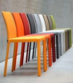 Design Stuhl in ansprechenden, modernen Farbvarianten. Gepolsterter Stuhl mit sanft geschwungener Rückenlehne. Hervorragend als Esszimmer- oder Küchenstuhl. Ob im farbenfrohen, modernen Haushalt oder als Farbtupfer kombiniert mit Holzmöbeln, immer ein hervorragender Hingucker. Details: Gestell aus Metall farbig lackiert, Sitz und Rücken gepolstert, Pflegeleichtes Kunstleder, Sitzhöhe ca. 17 ...