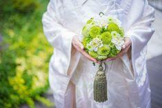 白無垢用ボールブーケ 白無垢にも生花ブーケを持つと素敵です。昨年6月28日に式を挙げた、親戚のお嫁さん白無垢に合わせたボールブーケ。撮影はいつもお世話になっている筑西市の人気フォトスタジオ・スワロウテイルさん。 Arte Floral, Crochet Earrings, Bouquet, Flowers, Wedding, Image, Valentines Day Weddings, Bouquet Of Flowers, Mariage