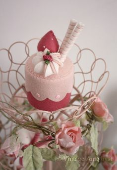 Pink felt cupcake--I have to have this!  SOOOO cute!