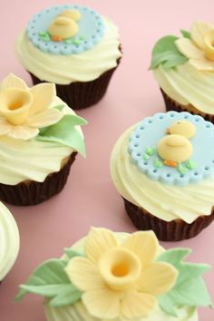 Pretty spring cupcakes. Love the daffodils, my son's birth flower. Will def be molding some of these for Easter cupcakes!