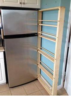 Ze had nog wat ruimte over naast de koelkast. Met wat planken bouwde ze DIT geniale stuk! - Zelfmaak ideetjes
