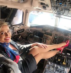 American Airlines Flight Attendant, Airline Attendant, Female Pilot, Pantyhose Heels, Sexy Older Women, Cabin Crew, Sexy Stockings, Sexy High Heels, Up Girl