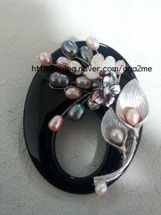 천연원석을 이용하여 브로치를 만들었는데..그동안 브로치 재료를보고도 어떻게 만들어야될지 감을 못잡고... Pearl Jewelry, Wire Jewelry, Jewelry Art, Gemstone Jewelry, Beaded Jewelry, Jewelry Design, Jewellery, Kilt Pin, Pearl Set