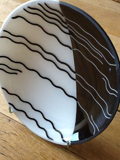 Black And white dish - one of à pair by Belle Fusion - Art de Verre Slumped Glass, Fused Glass Plates, Fused Glass Art, Glass Ceramic, Glass Dishes, Stained Glass, Black And White Dishes, Glass Fusion Ideas, Fusion Art