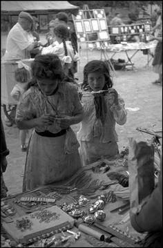 Δύο κορίτσια σε πάγκο της αγοράς