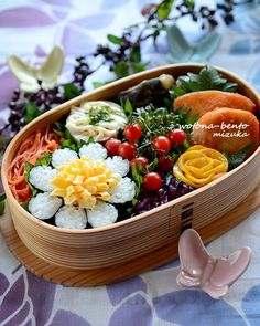 Beautiful sushi and egg crepe flower bento box. Japanese Bento Lunch Box, Japanese Food, Chicken Tetrazzini Recipes, Sushi, Onigirazu, Homemade Ramen, Easy Chicken Dinner Recipes, Cute Food, Food Menu