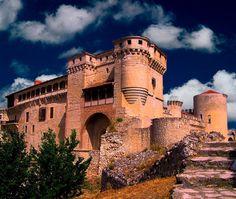 CASTLES OF SPAIN - Castillo de Cuéllar o de los Duques de Alburquerque, Segovia. Se trata de una edificación militar que transformaron en un suntuoso palacio. Sus huéspedes más ilustres fueron los reyes de Castilla, Juan I y su esposa la reina Leonor, el general bonapartista Hugo (padre de Victor Hugo, el escritor), o el duque de Wellington, durante la Guerra de la Independencia.