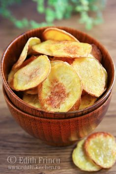 Homemade potato chips are better than store bought! The variations are endless, how about dusting with paprika, or smoked Spanish paprika? Or some BBQ seasonings to make BBQ chips? Just use your imagination. These tasty chips are best served warm. Oven Baked Chips, Baked Potato Oven, Baked Potatoes, Easy Appetizer Recipes, Snack Recipes, Appetizers, Yummy Recipes, Recipies, Healthy Recipes