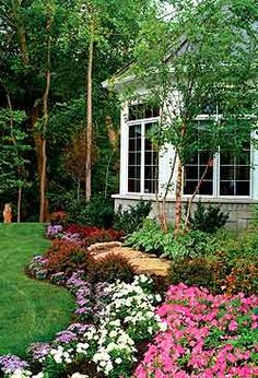 Three Steps to Organizing the Perfect Flowerbed. Maybe one day I'll have flower beds looking this beautiful. Outdoor Gardens, Flower Beds, Beautiful Gardens, Landscape Design, Landscape, Lawn And Garden, Plants, Backyard Landscaping, Backyard